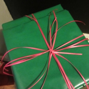 Another example of a cascading ribbon gift bow (somethingwewhippedup.com)